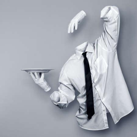 El hombre invisible con un plato en la mano