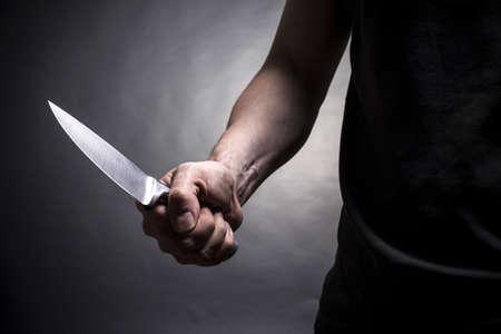 手にナイフを持った男。クローズ アップ