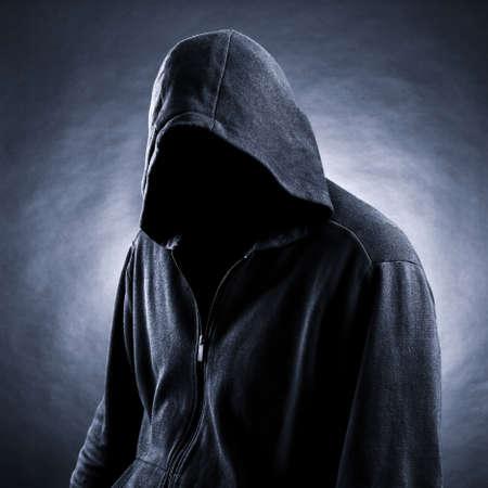 niewidoczny: Niewidzialny człowiek w kapturze. Czarne tło.