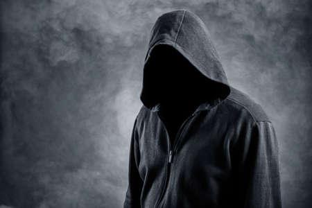 Uomo invisibile nella hood.Background in fumo