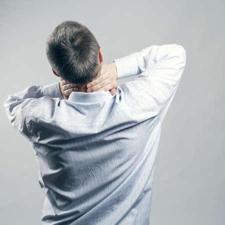 首の痛み。再び男