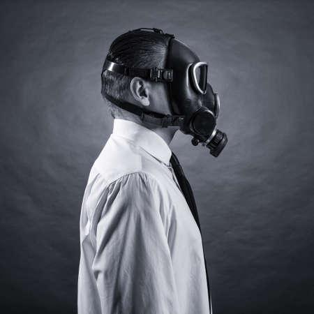gasmasker: portret van een man in een gasmasker op een donkere achtergrond