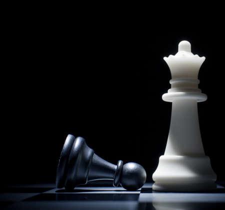 jugando ajedrez: Negro perdido. Peón a los pies de la Reina Foto de archivo