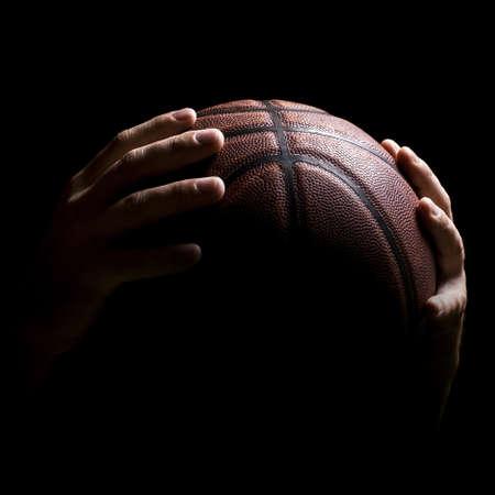 バスケット ボール プレーヤーの手でバスケット ボール