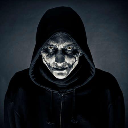 De man in een beeld van het monster