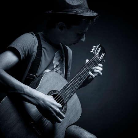 ギターを弾く若い男 写真素材