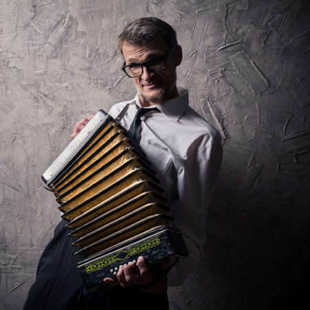 acordeón: hombre temperamental toca el acordeón