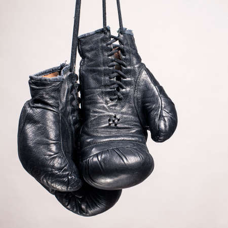 白い背景の上の古いボクシング グローブ