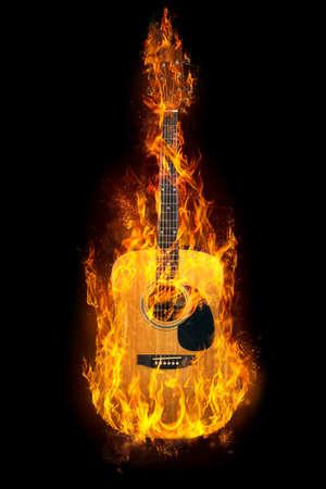 黒の背景上の炎のギター