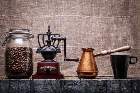 młynek do kawy: Ziarna kawy w szklanym słoiku, młynek do kawy, dzbanek do kawy, kubek