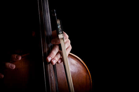 fiddlestick: fiddlestick en chelista mano sobre un fondo negro