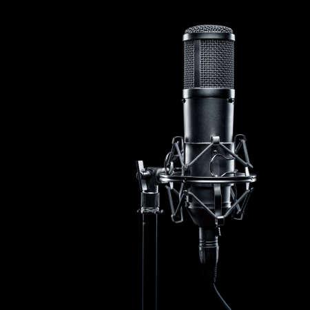 estudio de grabacion: micrófono de estudio sobre un fondo negro
