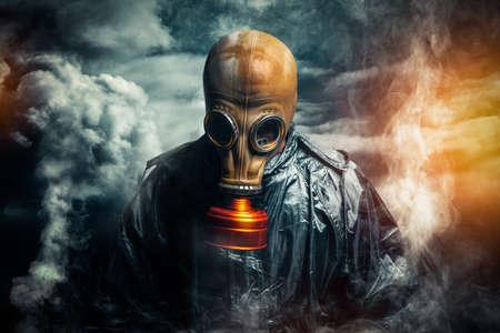mascara de gas: dramático retrato de un hombre que llevaba una máscara de gas Foto de archivo