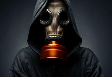mascara de gas: masculino en una máscara de gas sobre un fondo oscuro Foto de archivo