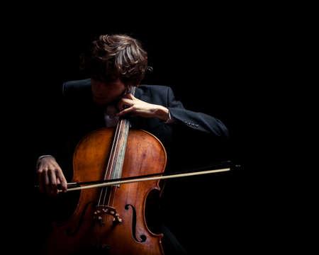 Musiker spielt Cello. Schwarzer Hintergrund Standard-Bild