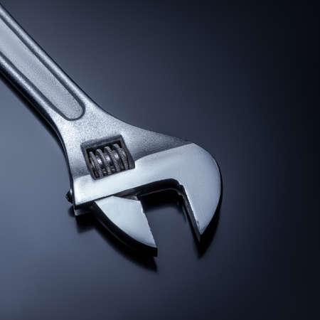 Rollgabelschlüssel auf grauem Hintergrund Standard-Bild