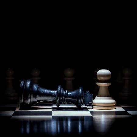 een schaakpion dompelde de koning onder