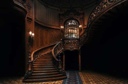 Maison des scientifiques. Intérieur du magnifique manoir avec grand escalier en bois orné dans le grand hall. Un ancien casino national.