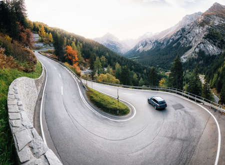Adventure trip by car along winding mountain alpine road, Maloja Pass, Switzerland Stockfoto