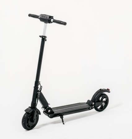 Scooter elettrico isolato su sfondo bianco. Colore nero Archivio Fotografico
