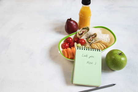 School lunch box with sandwich, vegetables, water, fruits Healthy eating habits concept - background layout with free text space. Flat lay composition (top view). Banque d'images