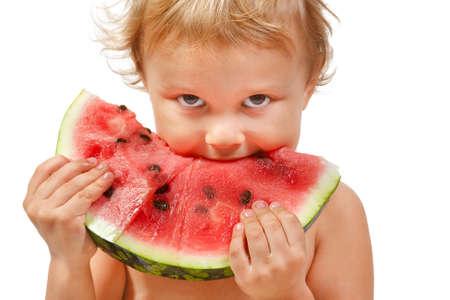 Boy mit einer Wassermelone auf weißem Hintergrund Standard-Bild