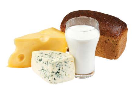 productos naturales: Vaso de leche, pan y queso sobre fondo blanco Foto de archivo