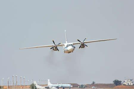 Aviones rusos de transporte militar AN-26 es el aterrizaje en el aer�dromo Foto de archivo - 14963058