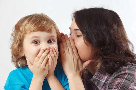 padres hablando con hijos: Madre secretos a su peque�o hijo susurros