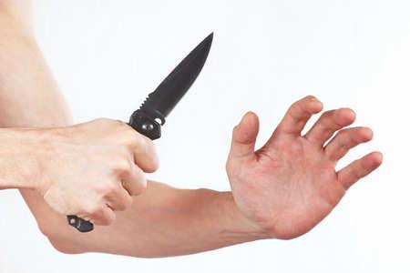 hand position: Posici�n de las manos para la defensa con un cuchillo sobre un fondo blanco Foto de archivo