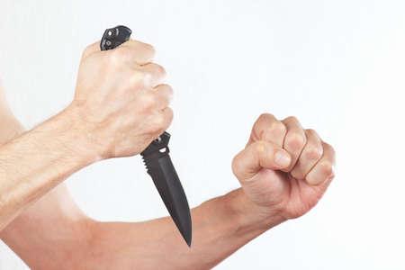 hand position: Posici�n de las manos para atacar con un cuchillo de combate sobre un fondo blanco