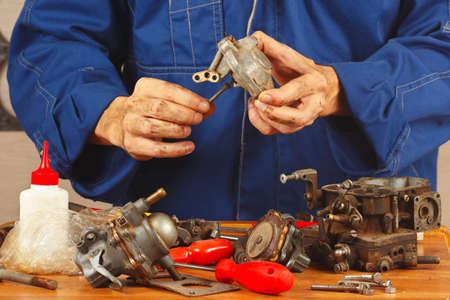 close fitting: Master repairing parts of the automobile engine in the workshop
