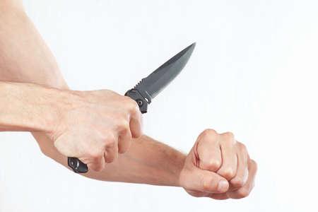 hand position: Posici�n de las manos para atacar con un cuchillo sobre un fondo blanco