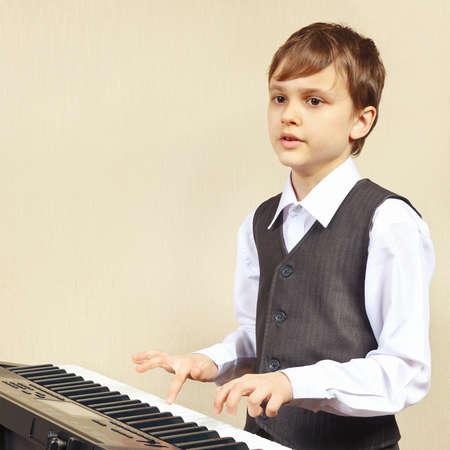 pianista: Joven principiante pianista tocar las teclas del sintetizador