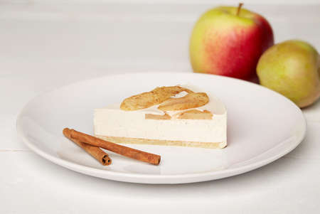 Sweat cake with apples and cinnamon on plate on wooden background Standard-Bild