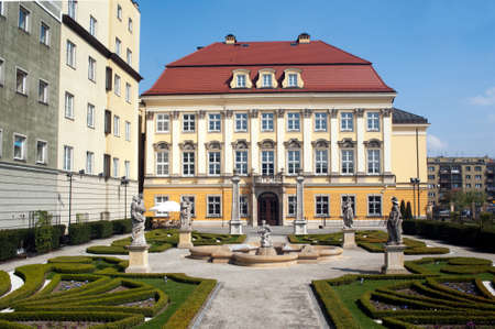 dowry: Luxury mansion with a baroque garden and statues