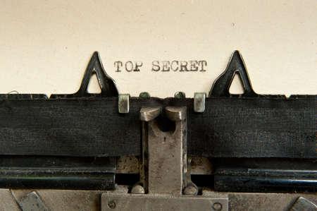 古い、黄色用紙 1 枚で古いタイプライターで書かれた秘密のトップの言葉