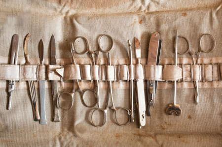 セットの古いヴィンテージの手術器械メス、はさみ、クランプ 写真素材