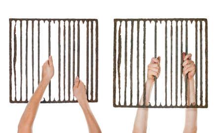 rejas de hierro: tomados de la mano de edad, rejilla prisión oxidado aislado sobre fondo blanco