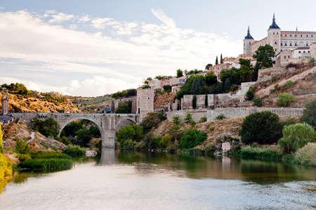 Vista da ponte no rio Tag em Toledo - Espanha