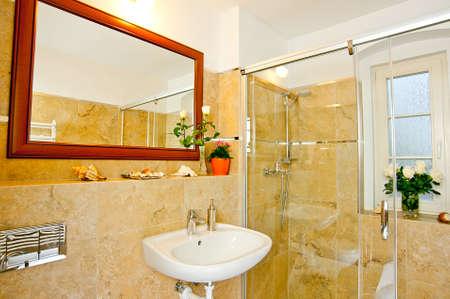 Dentro do banheiro ou casa de banho espelho na parede, lavat�rio e chuveiro branco Banco de Imagens