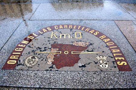 プエルタ ・ デル ・ ソル広場で Madrit のスペインの中心の指定のプレート