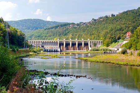 barragem de usina hidrel�trica no vazamento em Miedzybrodzie Zywieckie - pequena cidade nas montanhas Beskidy na Pol�nia Banco de Imagens