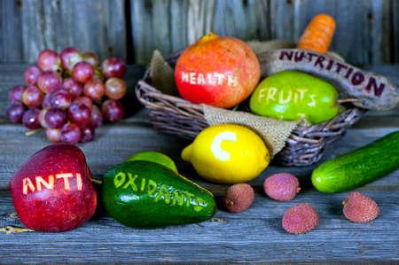 estilo de vida saludable: frutas y verduras dispersas con palabras cortadas - concepto de estilo de vida saludable