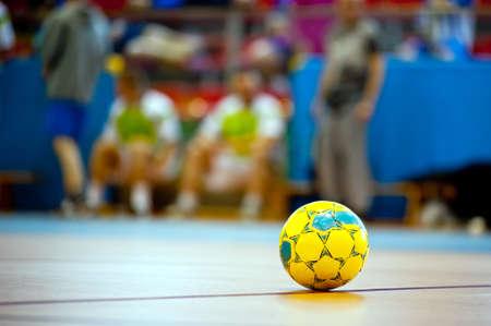 바닥에 실내 축구 또는 축구 공 스톡 콘텐츠
