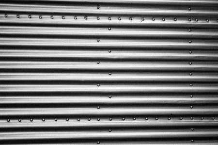 oxidado: placas de metal de grano blanco y negro industriales con remaches