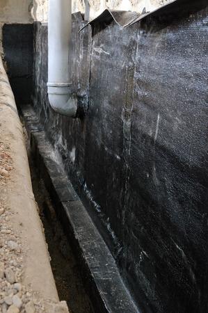 Ein Beispiel Hydroisolierung des Hauses mit Bitumenbahn