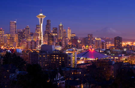 シアトル ポストカード - 背景にスペースニードルとレーニア山で容易に認識可能なシアトルのスカイライン 写真素材