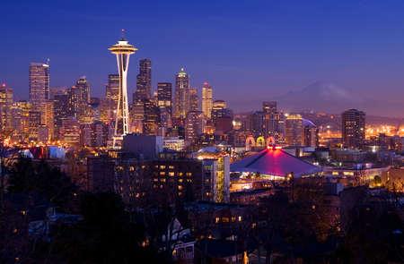 seattle: Tarjeta postal de Seattle - Seattle silueta f�cilmente reconocible con Aguja Espacial y el Monte Rainier en el fondo