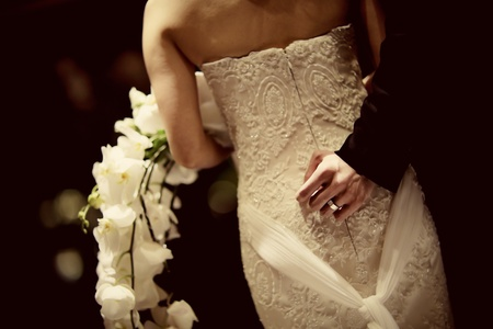 bridal dress: Sposi in piedi dietro la sposa